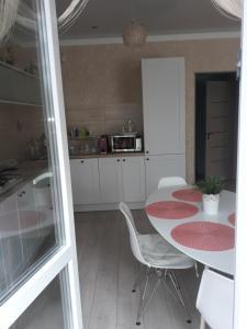 Кухня или мини-кухня в Apartment on Valientina Mosina 10