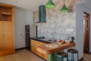 A kitchen or kitchenette at Kaen Apartments