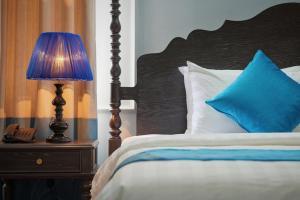 Giường trong phòng chung tại Manoir Des Arts Hotel