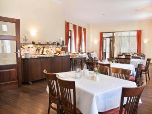 Ein Restaurant oder anderes Speiselokal in der Unterkunft Hotel Alte Canzley