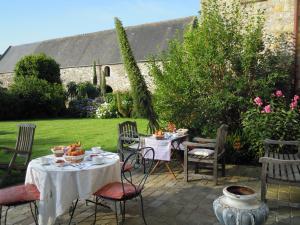 A restaurant or other place to eat at Le Manoir de La Fieffe