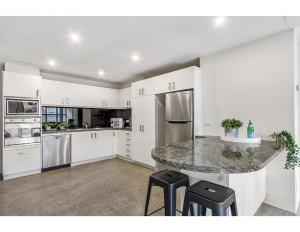 A kitchen or kitchenette at Sophisticated modern 3 bed home in foodie paradise