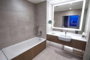 A bathroom at Courtyard by Marriott Katowice City Center