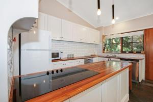 A kitchen or kitchenette at Porepunkah Elms - Holiday House