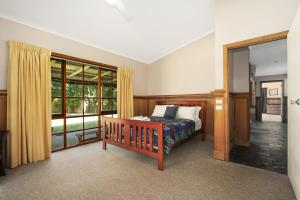 A bed or beds in a room at Porepunkah Elms - Holiday House