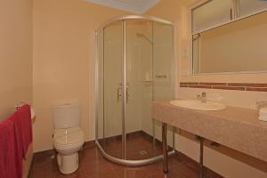 A bathroom at Milton Village Motel