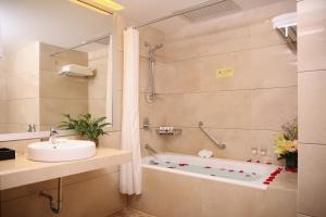 A bathroom at Shenzhen Best Western Felicity Hotel, Luohu Railway Station