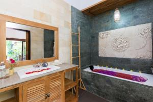 A bathroom at Meruhdani Boutique Hotel Ubud