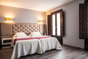 A bed or beds in a room at Evenia Alcalá Boutique Hotel