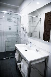 A bathroom at Evenia Alcalá Boutique Hotel