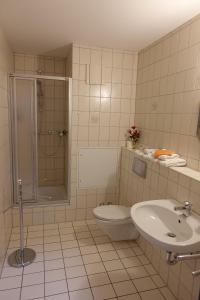 Ein Badezimmer in der Unterkunft Goldener Löwe Triebes