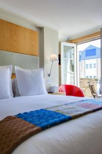 A bed or beds in a room at Sydney House Chelsea