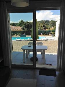Vue sur la piscine de l'établissement villa des soleils ou sur une piscine à proximité
