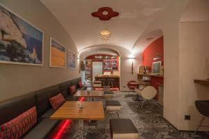 A restaurant or other place to eat at Hotel Posa Posa
