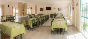 Un restaurante o sitio para comer en Hotel Carluz