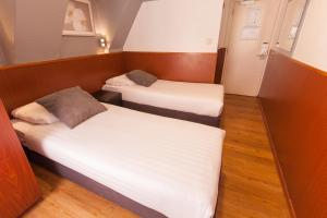 A bed or beds in a room at Travel Hotel Amsterdam