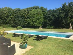 The swimming pool at or near Château de Saint Georges