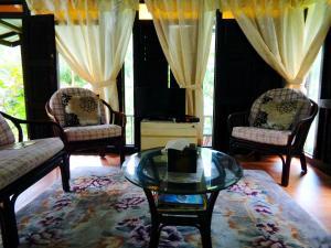 A seating area at Villa Sri Kampung