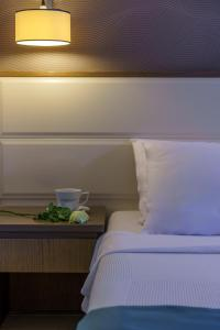 A bed or beds in a room at Cosmopolitan Hotel & Spa