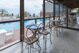 Uitzicht op het zwembad bij Hotel Villa Esperia of in de buurt