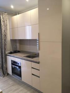 Кухня или мини-кухня в Kvartira
