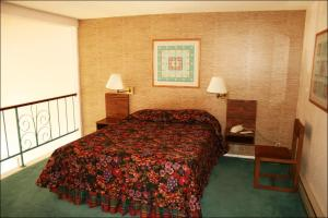 A bed or beds in a room at Antelope Hills Inn