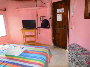 Телевизор и/или развлекательный центр в Acamaya Reef Cabañas