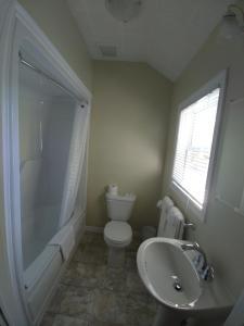 A bathroom at Skyline Cabins
