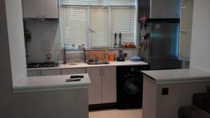 A cozinha ou cozinha compacta de Comfortable, close center