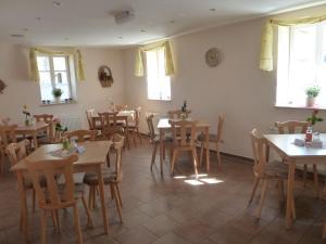 Ein Restaurant oder anderes Speiselokal in der Unterkunft Pension Prietzel