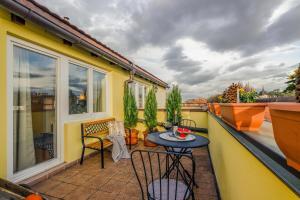 Ein Balkon oder eine Terrasse in der Unterkunft Michal&Friends Prague 1 SUNNY APT with terrace