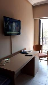Una televisión o centro de entretenimiento en Rosabel