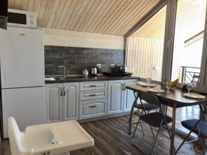 A kitchen or kitchenette at SeaZon Apartments