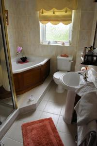 A bathroom at Hawthorn Cottage