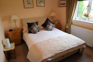 A bed or beds in a room at Hawthorn Cottage