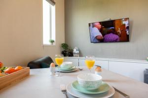 Een TV en/of entertainmentcenter bij Watertorenhotel Nes