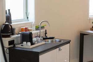 Een keuken of kitchenette bij Watertorenhotel Nes