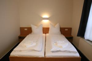 A bed or beds in a room at City-Pension Magdeburg