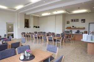 A restaurant or other place to eat at City-Pension Magdeburg