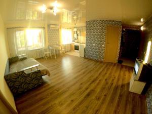 Зона вітальні в 2 rooms apartment Kirova 121