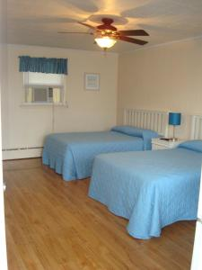 A bed or beds in a room at Sea Drift Motel