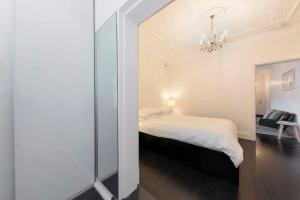 A bed or beds in a room at BONDI BEACH PRIME 1 Bedroom + Sunroom