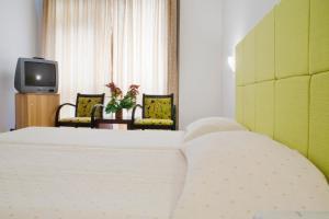 Кровать или кровати в номере Arethusa Hotel