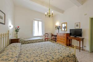 A television and/or entertainment center at Albergo Il Marzocco