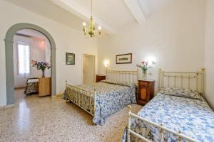 A bed or beds in a room at Albergo Il Marzocco