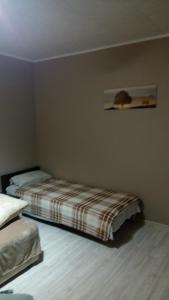 A bed or beds in a room at Maksimilian