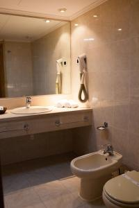 A bathroom at Hotel Lusitano