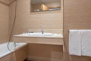 A bathroom at Aparthotel Exe Campus San Mamés