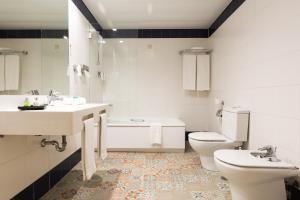 A bathroom at Legendary Porto Hotel