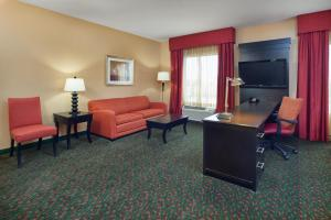 A seating area at Hampton Inn & Suites Waco-South
